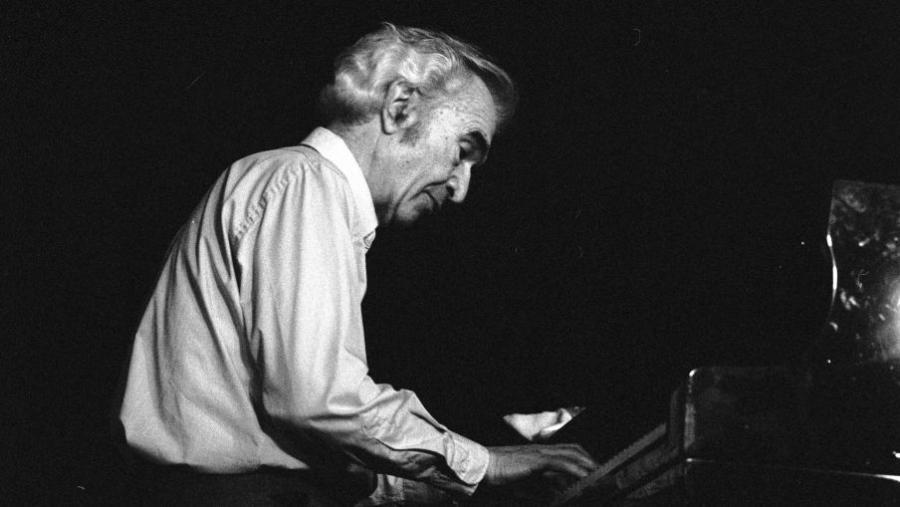 Sort og hvidt foto af jazzpianisten Dave Brubeck ved flyglet